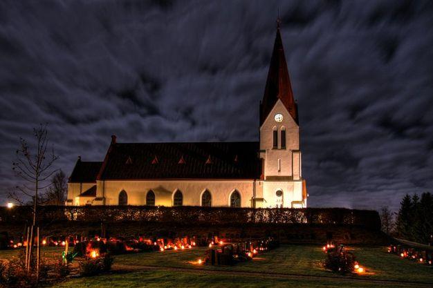 800px-Alla_helgons_dag_vid_Röke_kyrka-1
